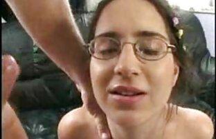 O tipo não pode acreditar que a miúda modesta vídeo pornô selvagem brasileiro Jennifer Simons faz sexo com o velho maluco.
