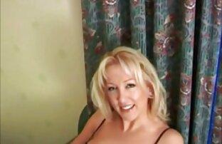 Linda mulher transando sexo selvagem rapariga de lingerie, chicoteia grande pila e bolas.