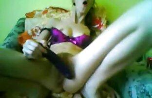 A Nataly brinca com a sua rata vídeo pornô selvagem molhada.