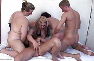 A rapariga é algemada e monta vídeo pornô selvagem uma pila grande.